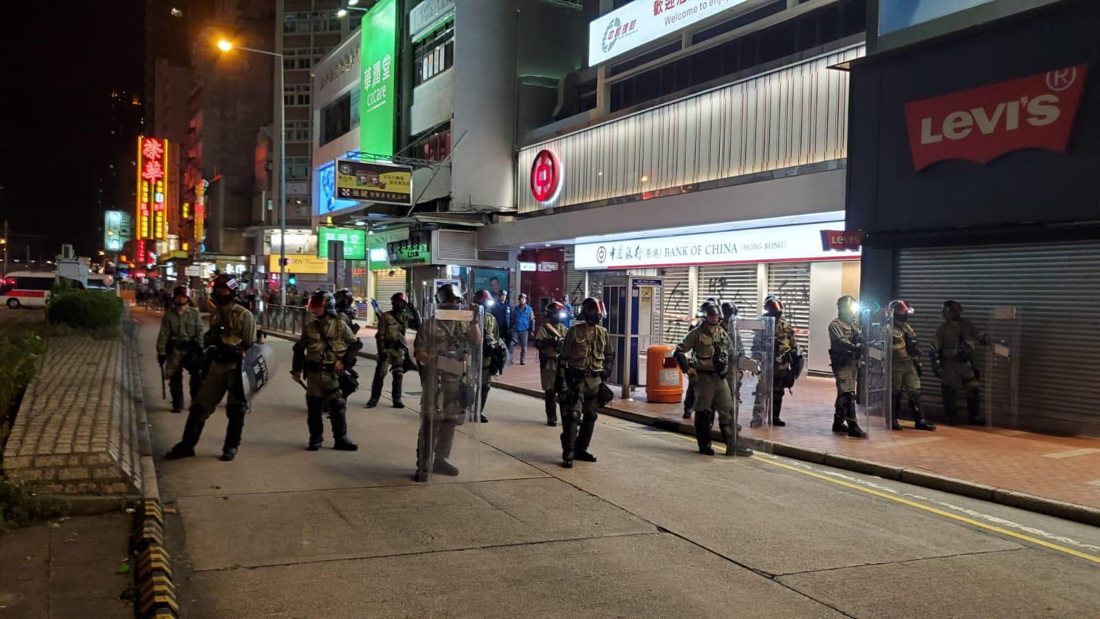 防暴警察到場驅散人群