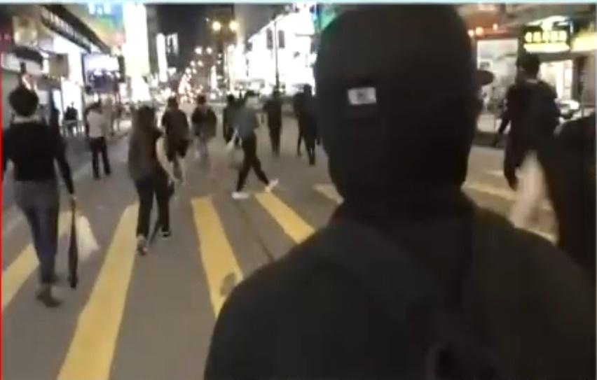 旺角示威者聚集堵路。港台電視截圖