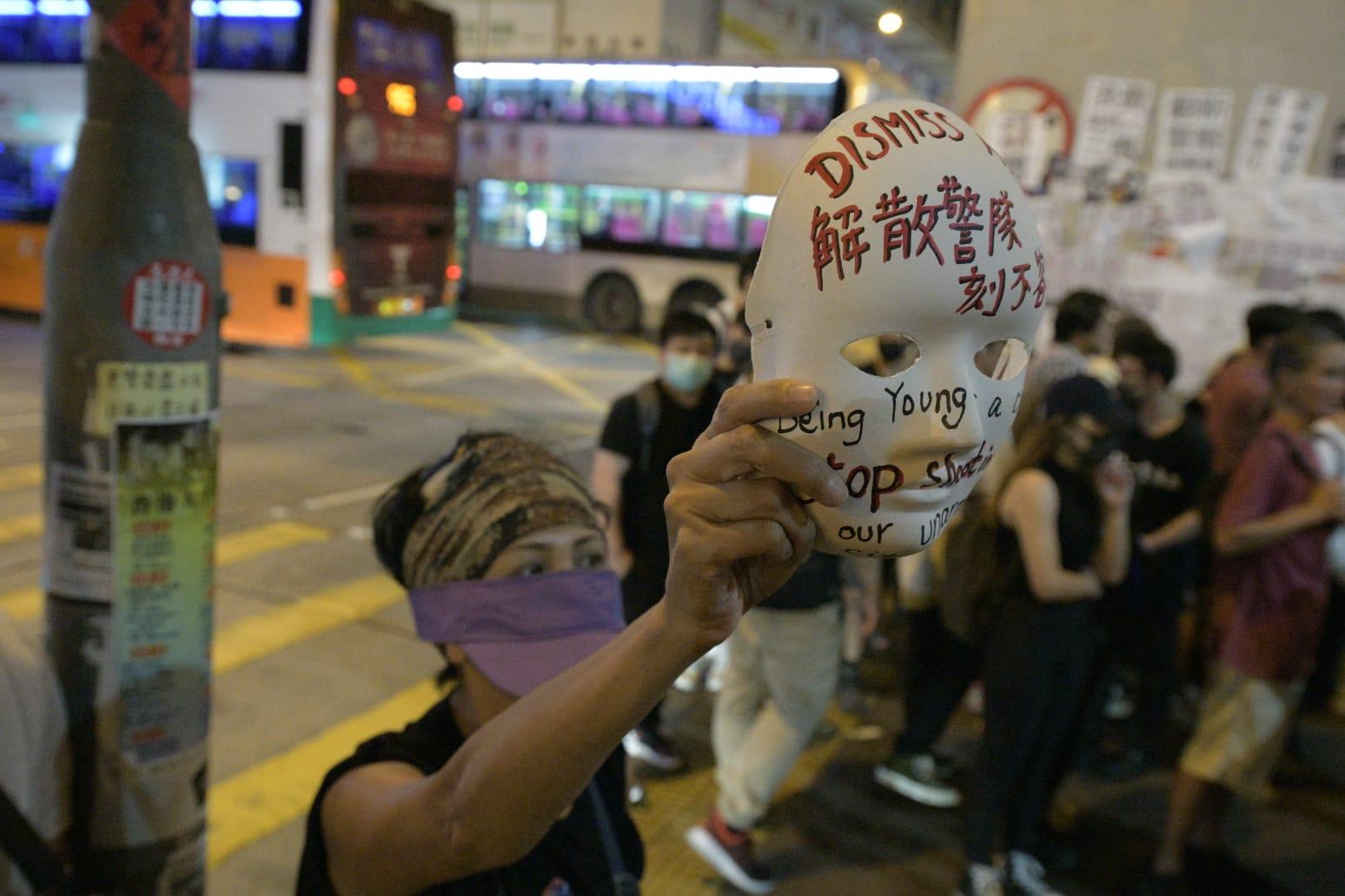 【修例風波】彌敦道水炮車戒備警驅示威者 香港仔警察制服黑衣人