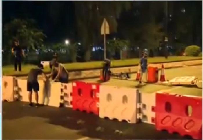大埔示威者搬水馬堵路。港台電視截圖