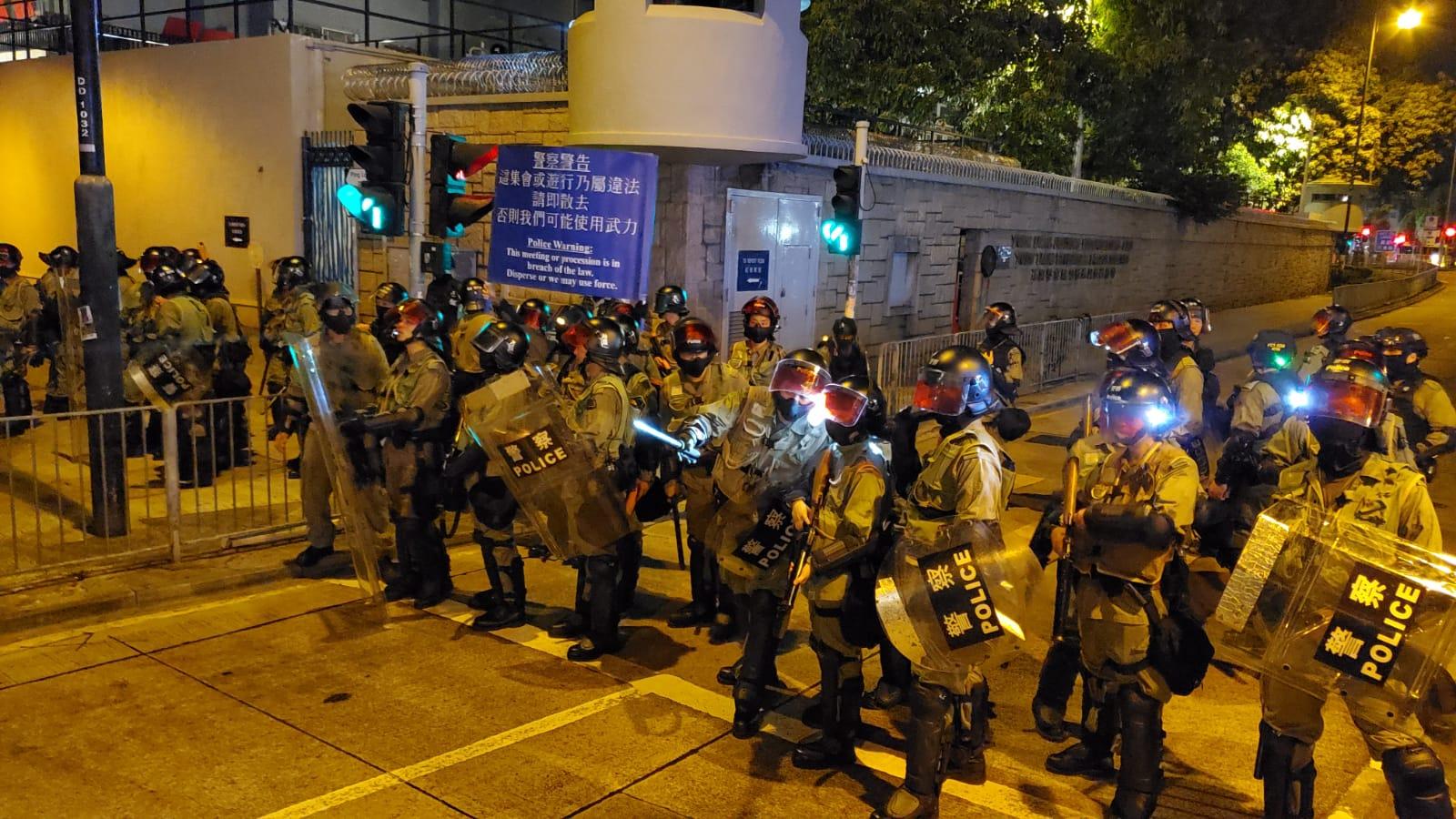防暴警察藍旗警告