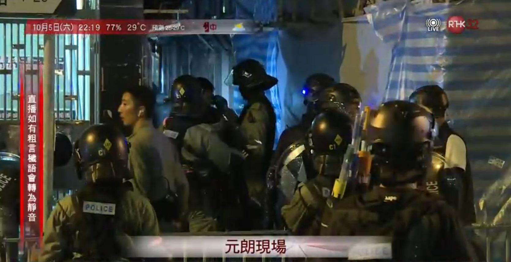 元朗警員制服聚集男子 。港台電視截圖