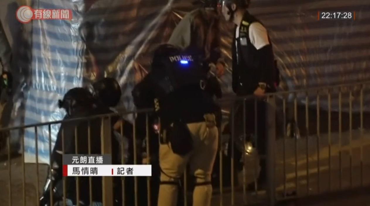元朗警員制服聚集男子 。有線電視截圖