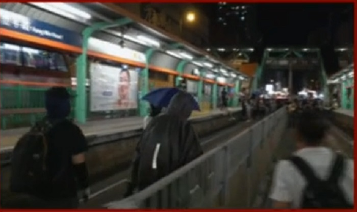 示威者破壞輕鐵站設施。有線新聞截圖