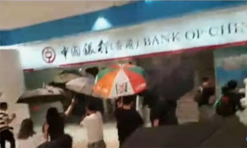 示威者破壞一間銀行。有線新聞截圖
