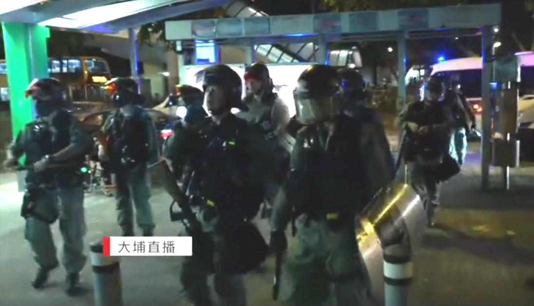 防暴警察搜捕示威者。有線電視截圖
