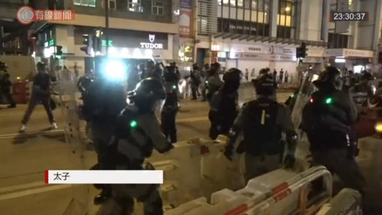 防暴警察清拆路障。有線新聞截圖