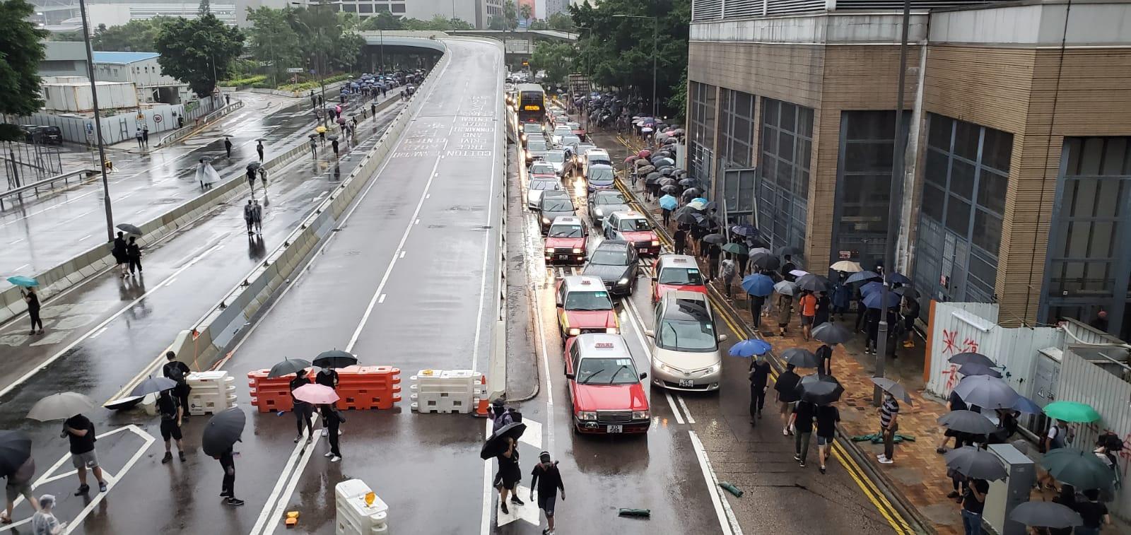防暴警察戒備封閉天橋