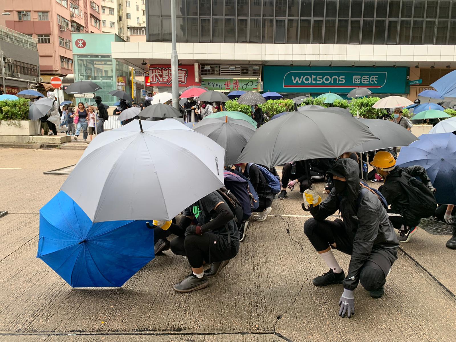 示威者組成雨傘陣