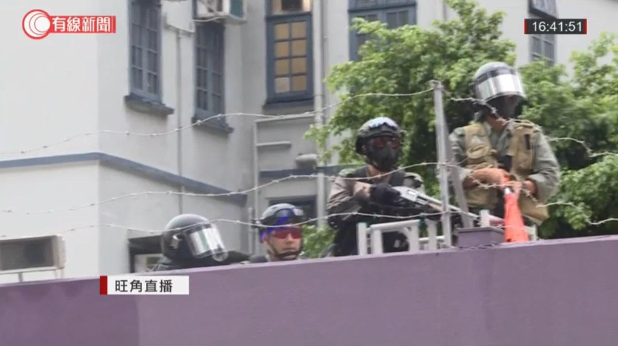 警員一度舉槍戒備。有線新聞截圖