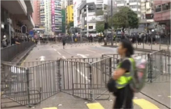 示威者設置路障。有線新聞截圖