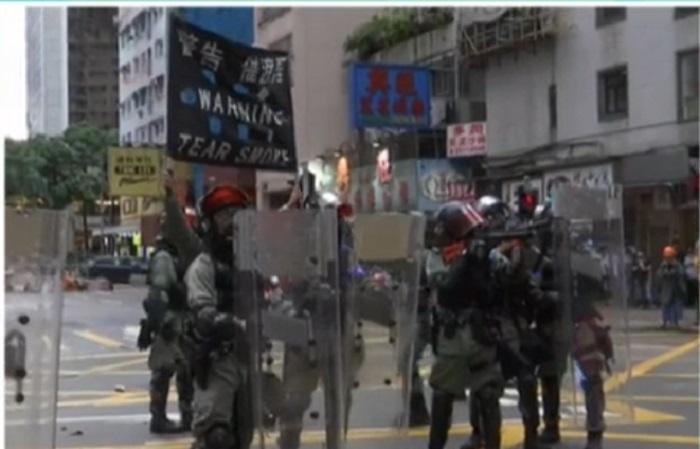 警方施放催淚彈。有線新聞截圖