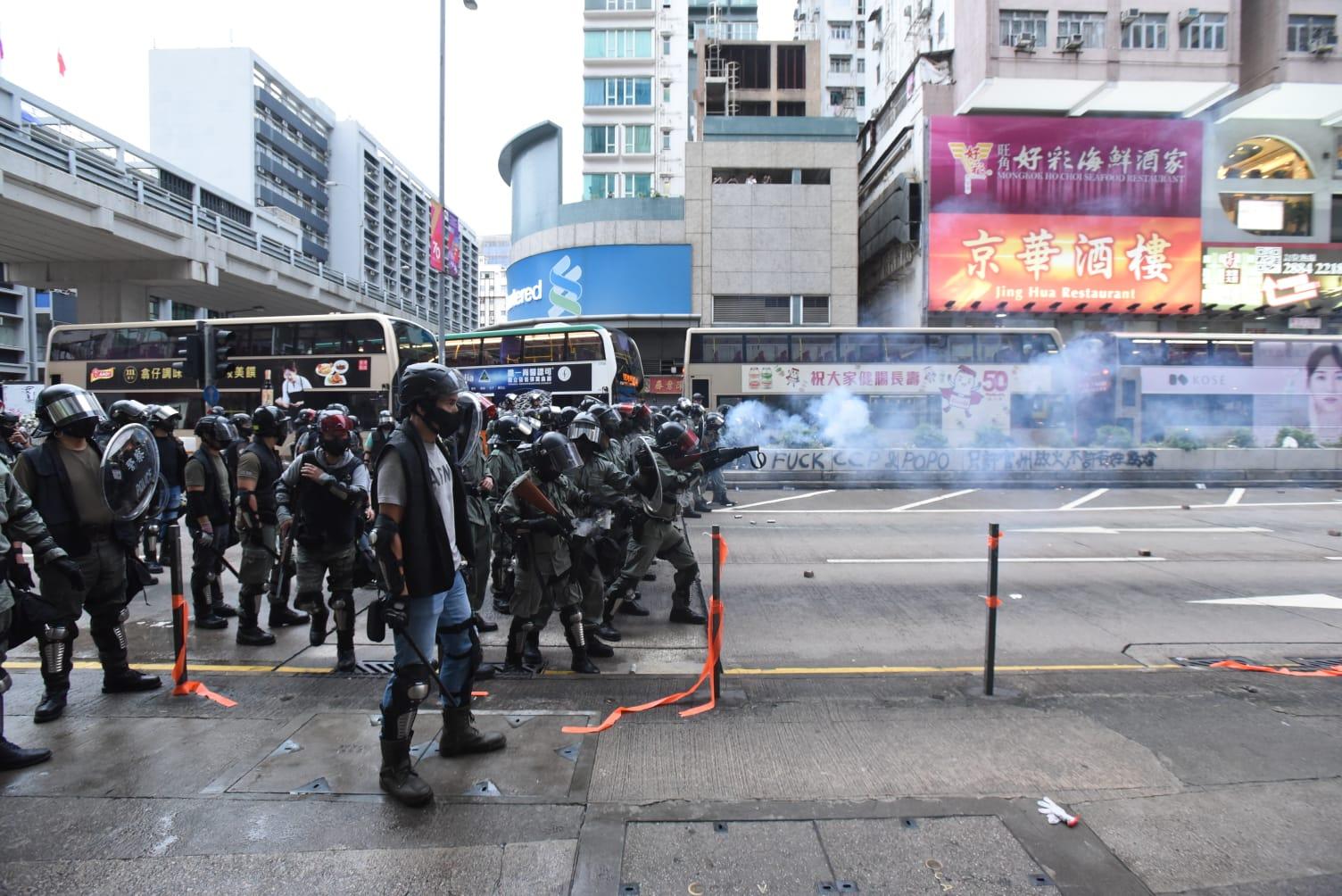 警察驅散示威者。黃文威攝