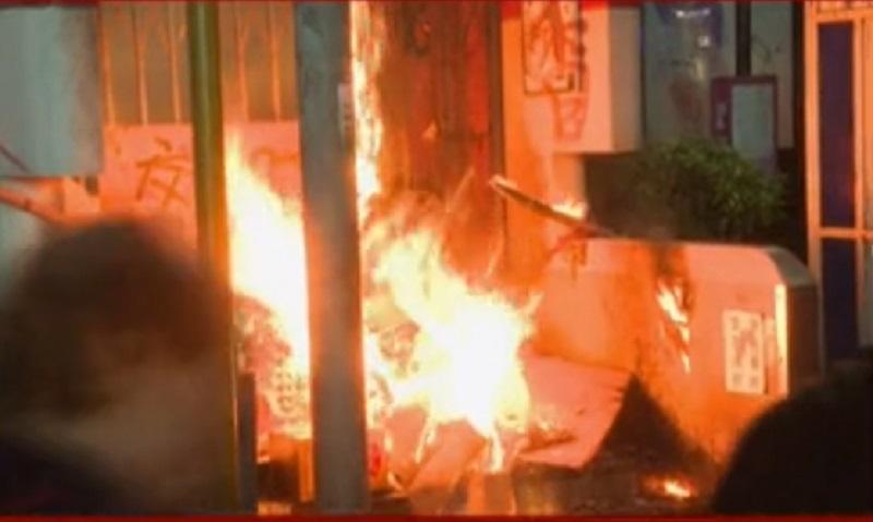示威者旺角站出入口縱火。有線新聞截圖