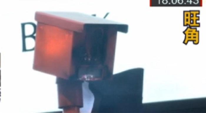 示威者砸毀快相機 。有線新聞截圖