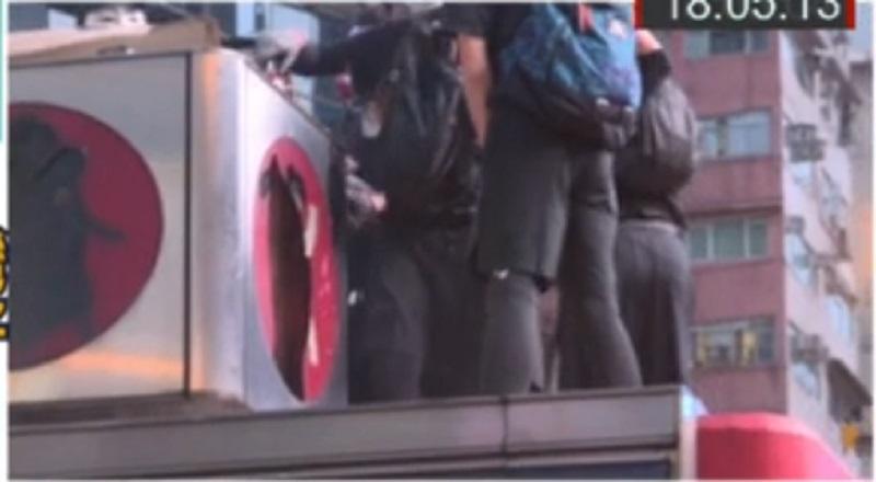 示威者破壞旺角站出入口。有線新聞截圖