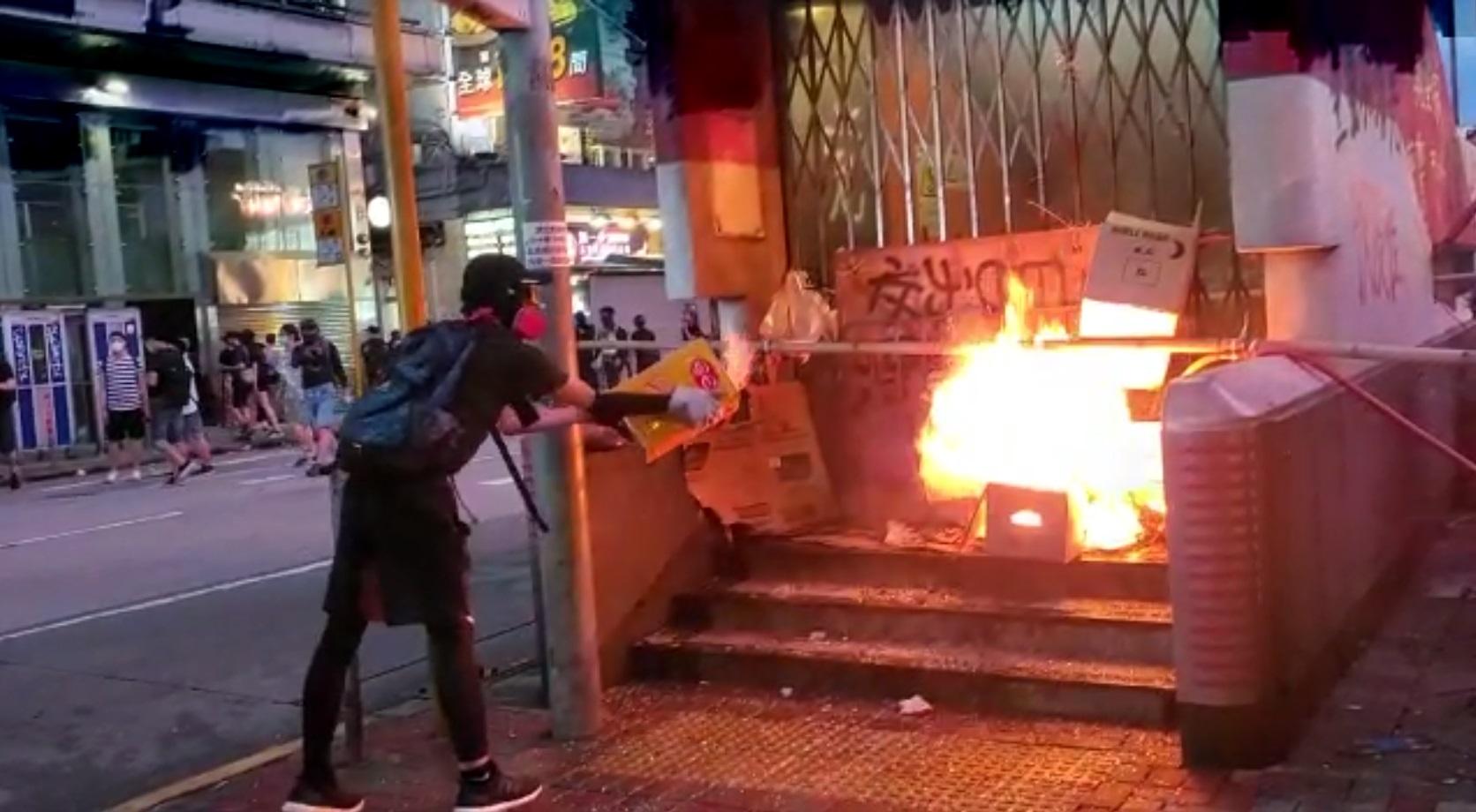示威者旺角站出入口縱火。