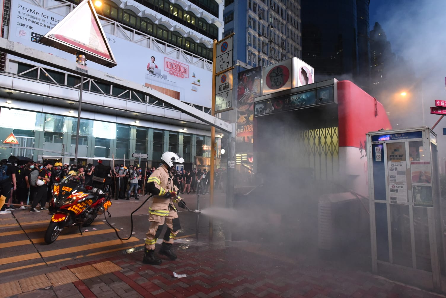 消防員將火撲滅。