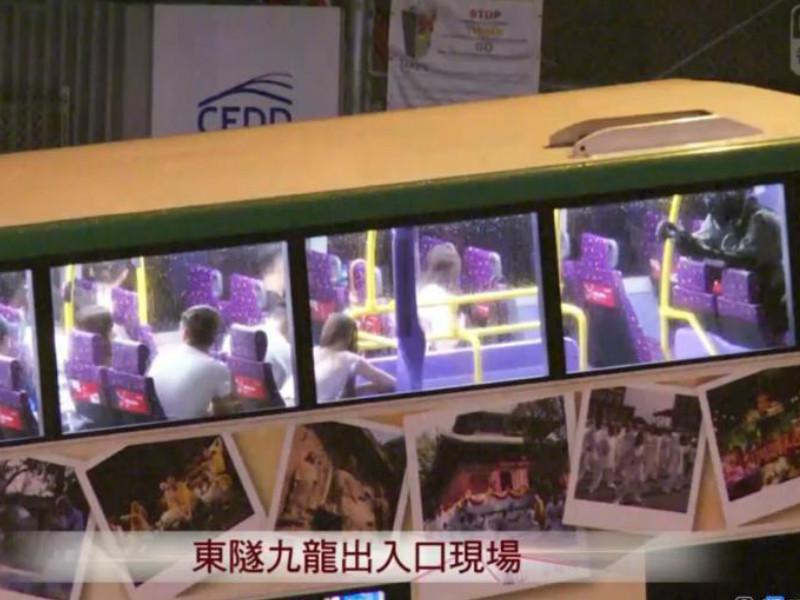 警方在東隧截查巴士。港台截圖