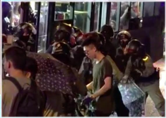 在元朗亦有警員截查巴士。港台截圖