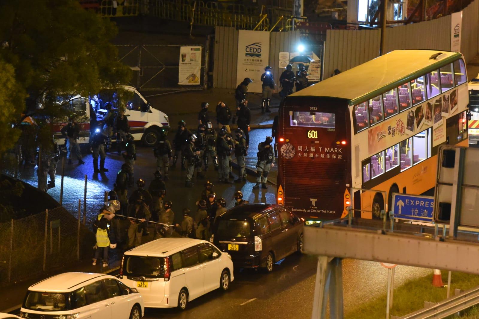 警方在東隧截查巴士。