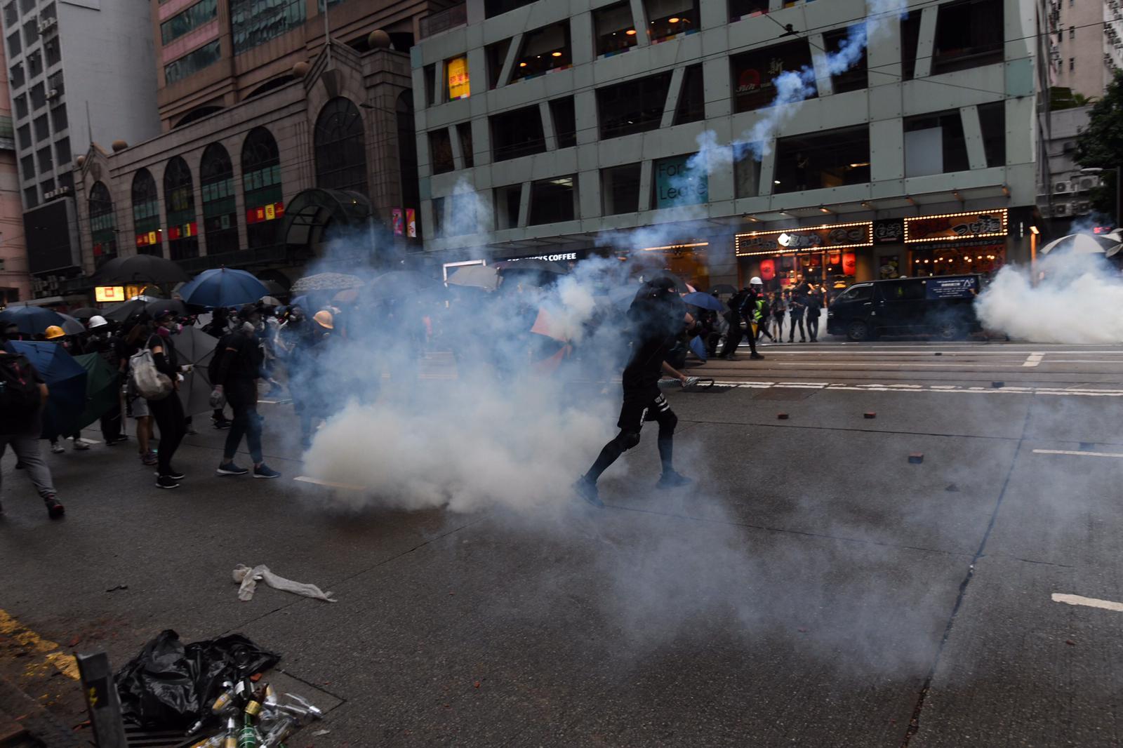 防暴警察驅散示威者。