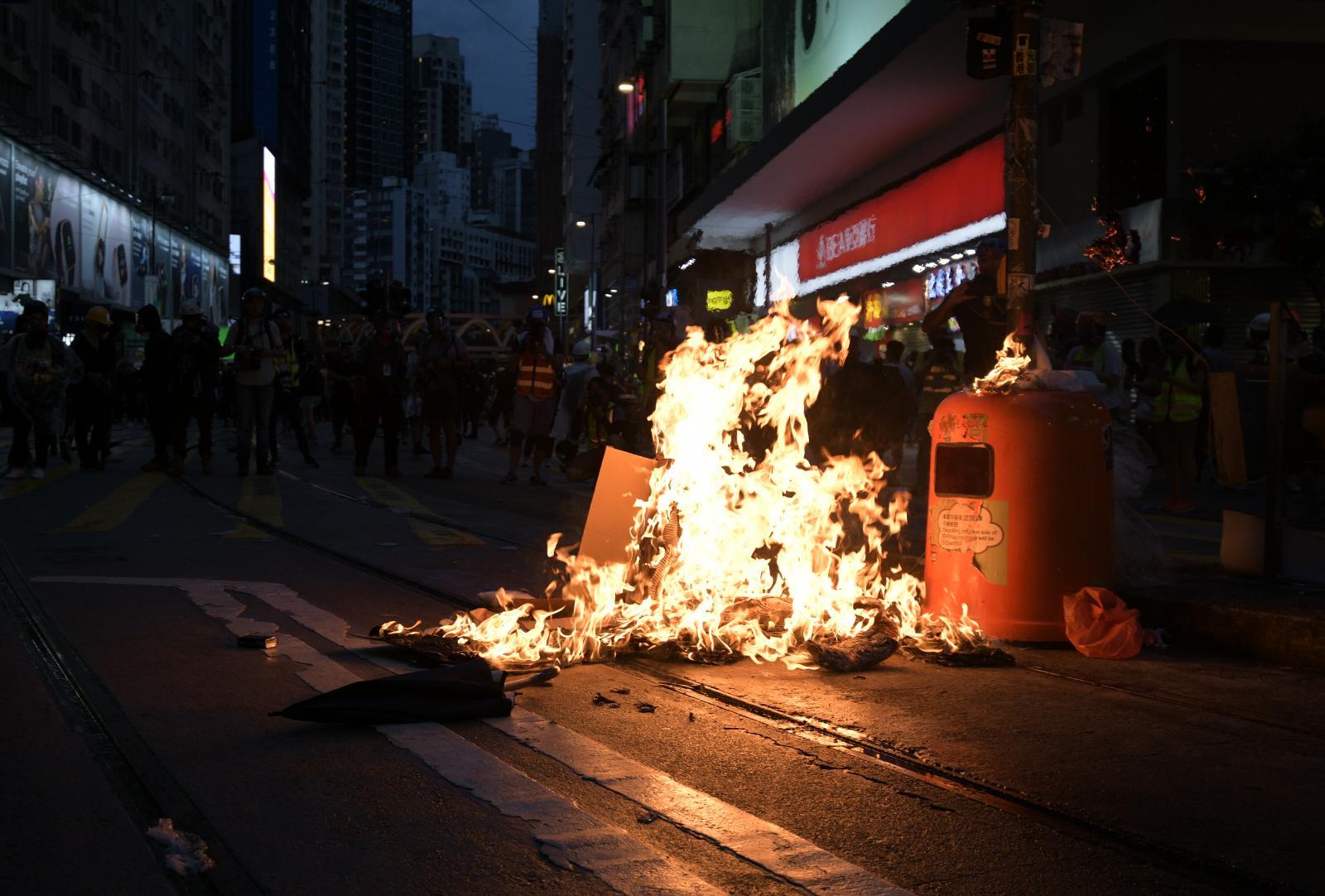 政府嚴厲譴責蒙面暴徒大肆破壞。