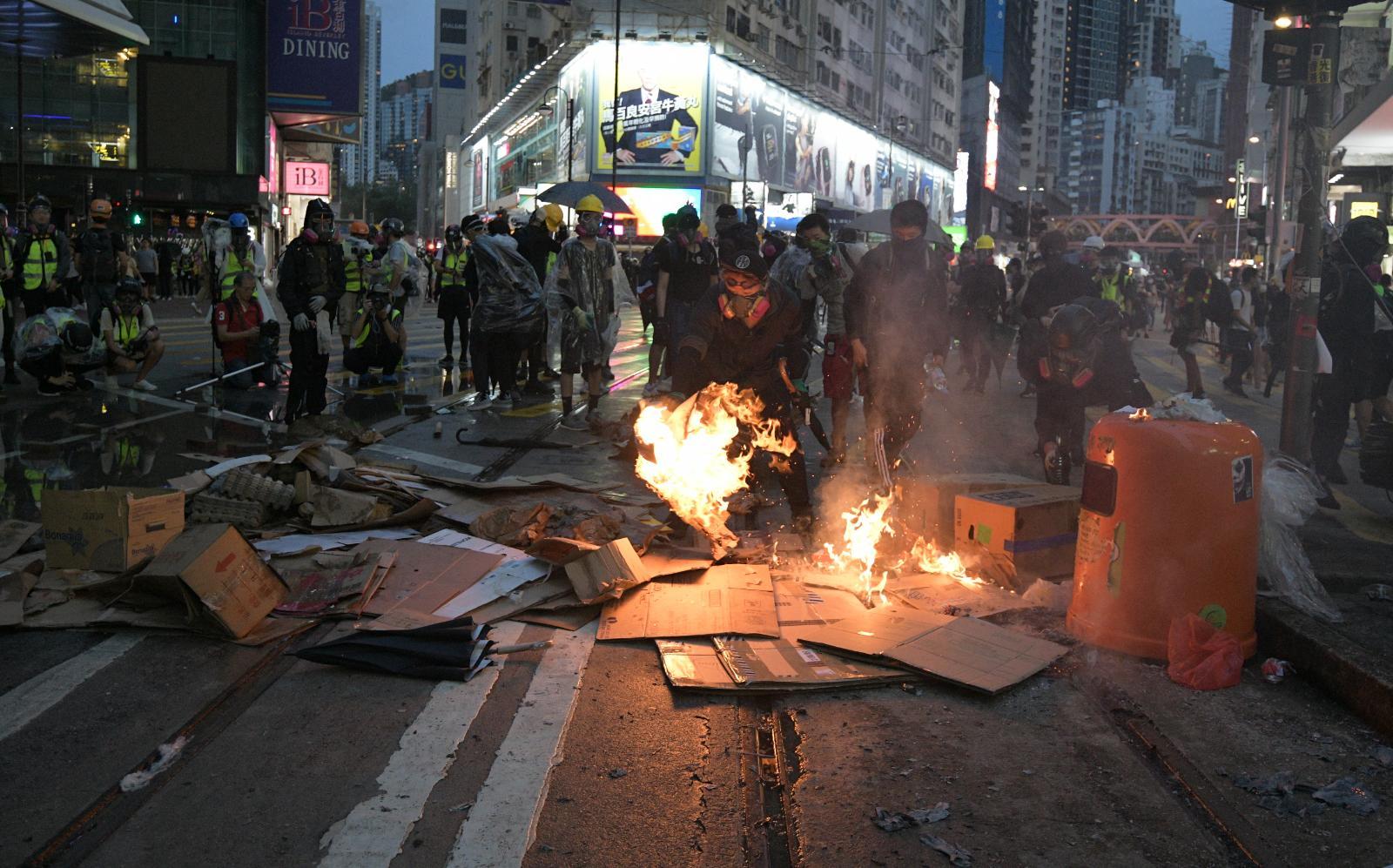 全港繼續有蒙面示威者聚集。
