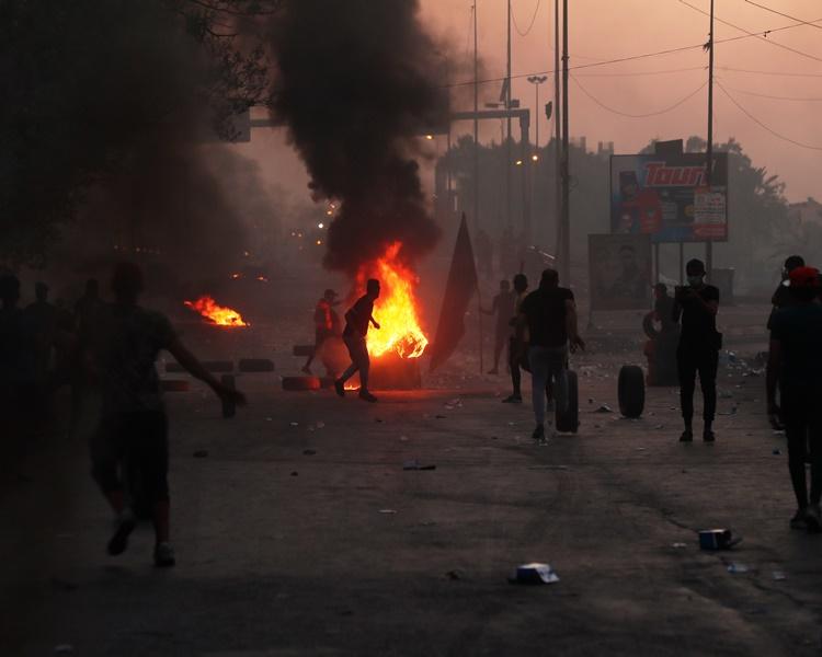示威者在多處縱火。AP