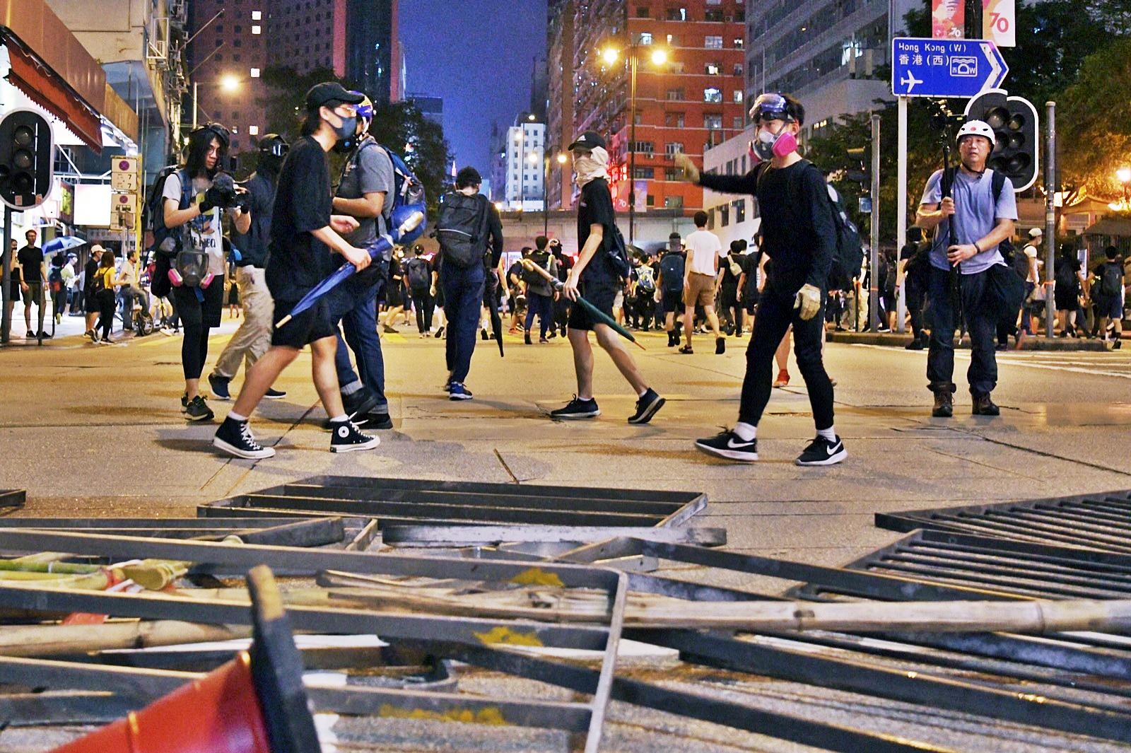 示威者晚上在多區堵路及縱火。