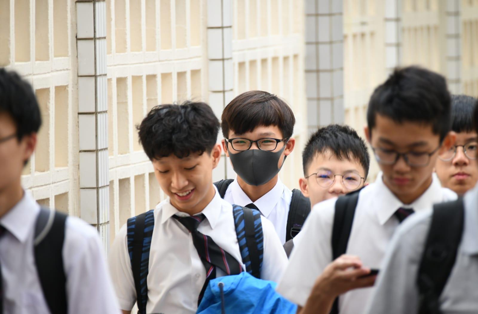 喇沙仔戴口罩返學抗議《禁蒙面法》。