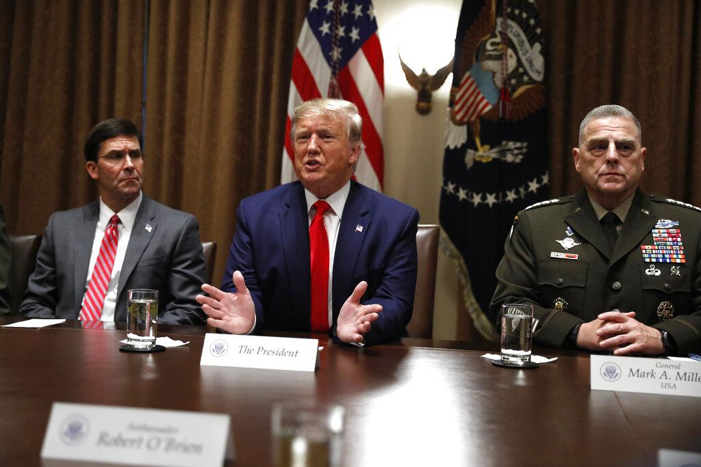 國防部白宮預算辦公室遭索取通烏文件,特朗普指彈劾調查是「騙局」。AP