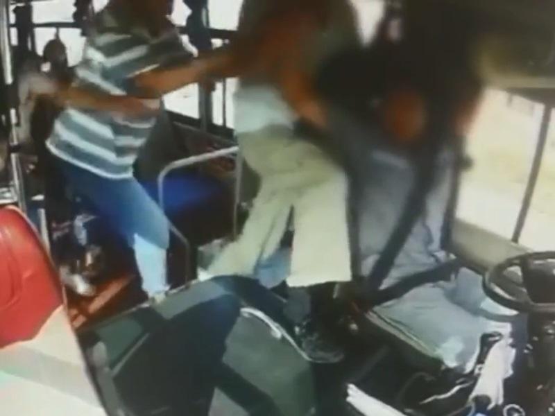 其他乘客拉開。影片截圖