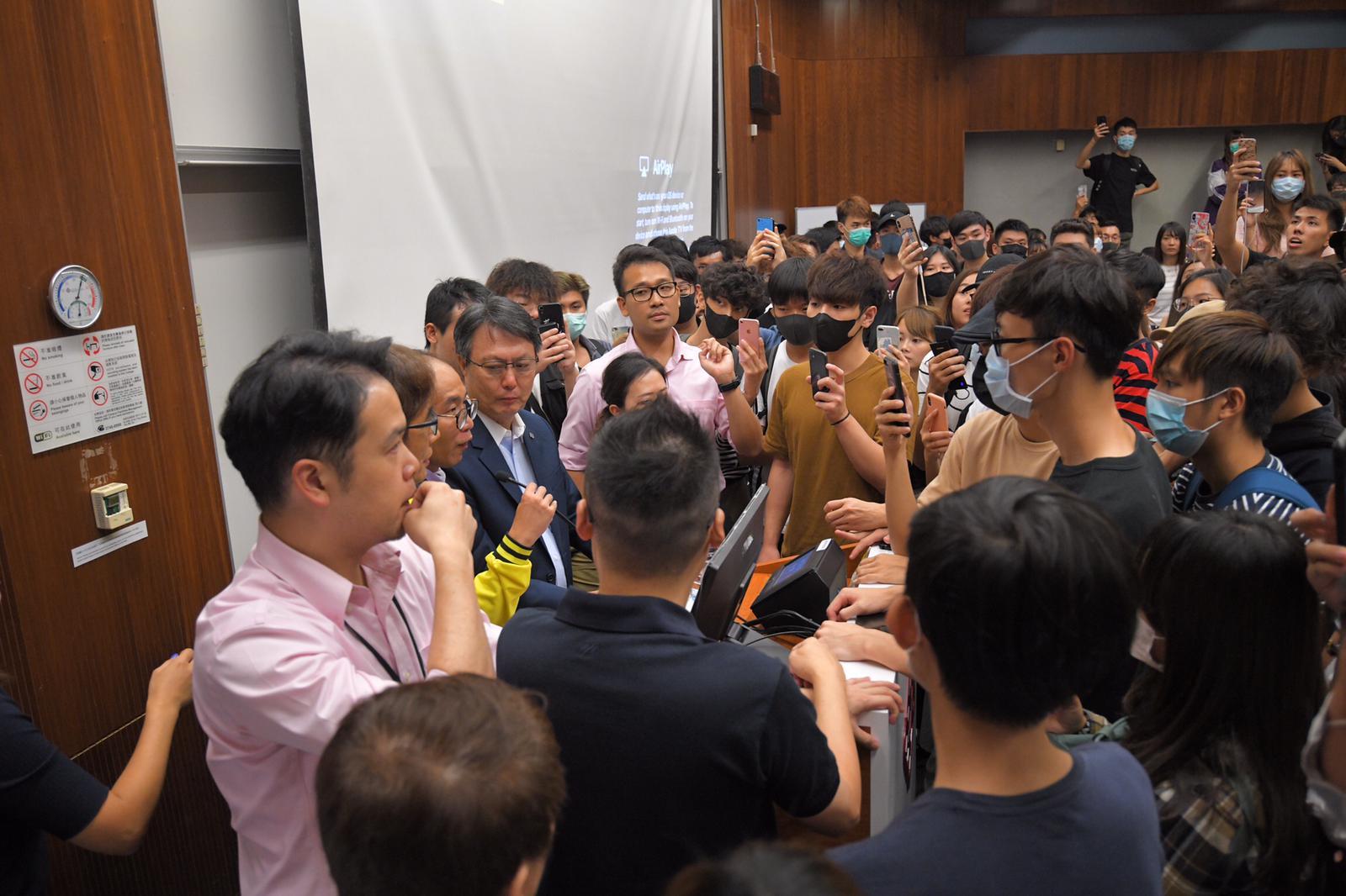 陳偉強被學生包圍要求交代