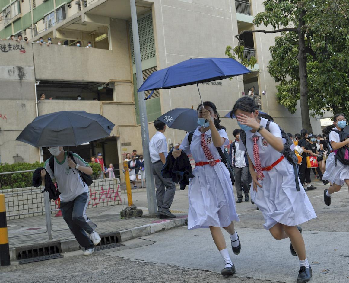 今日是《禁蒙面法》實行後第一個上學日。