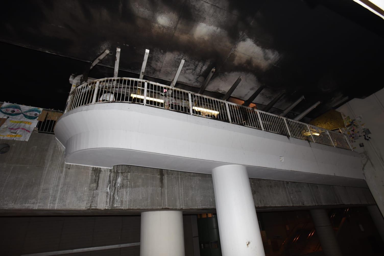 天橋頂部亦被熏黑。