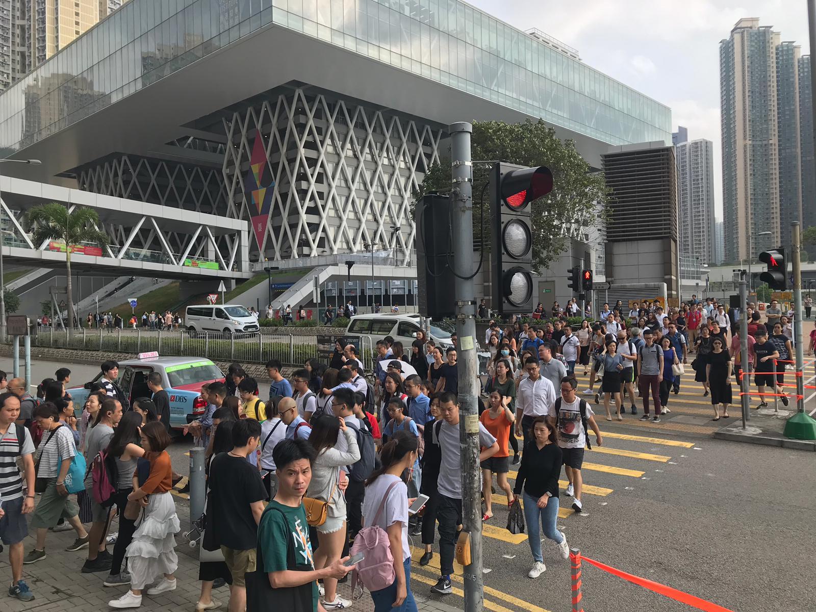 調景嶺港鐵站和巴士站都出現大批人潮。