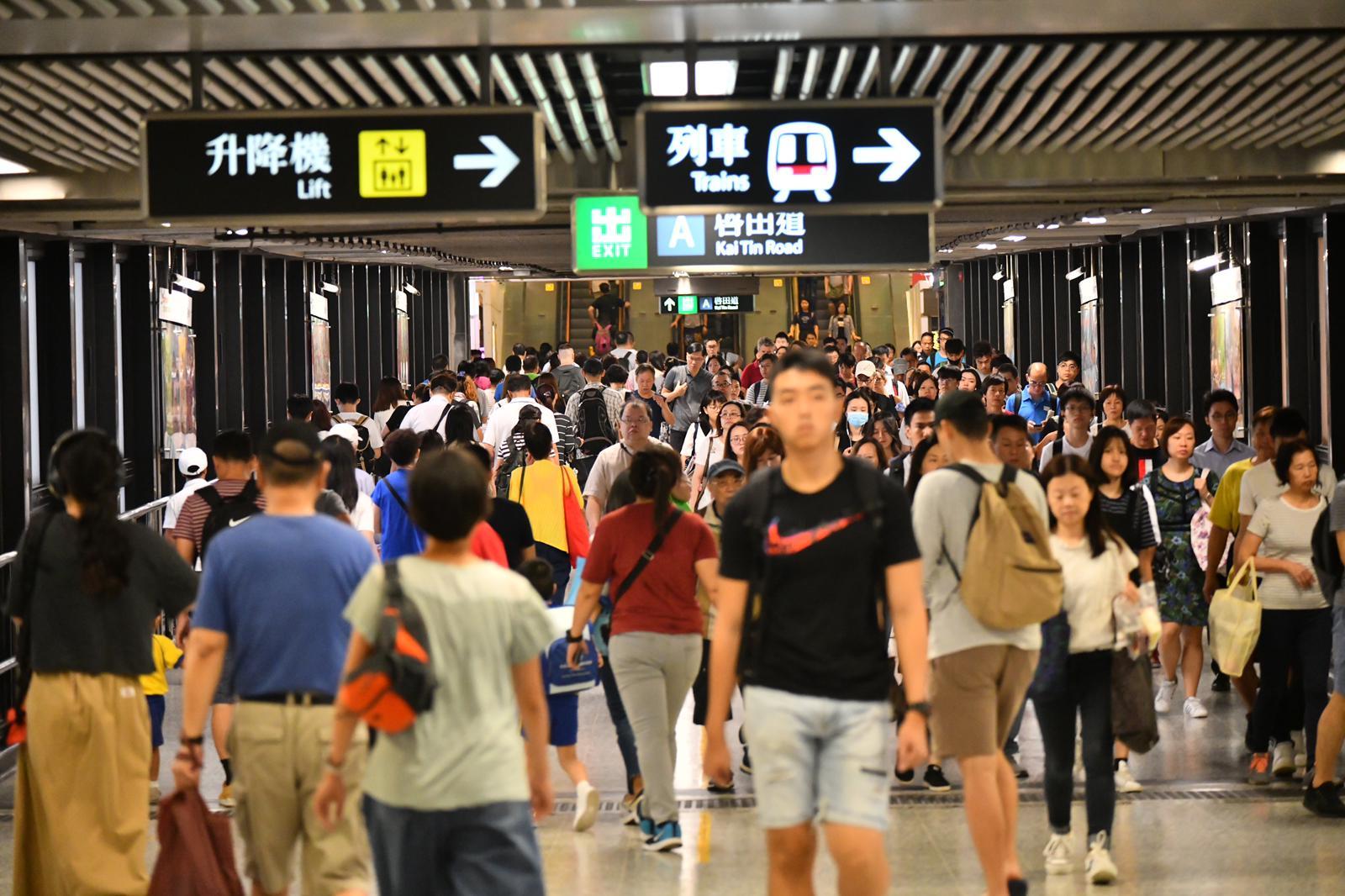 藍田站出現大批人潮。