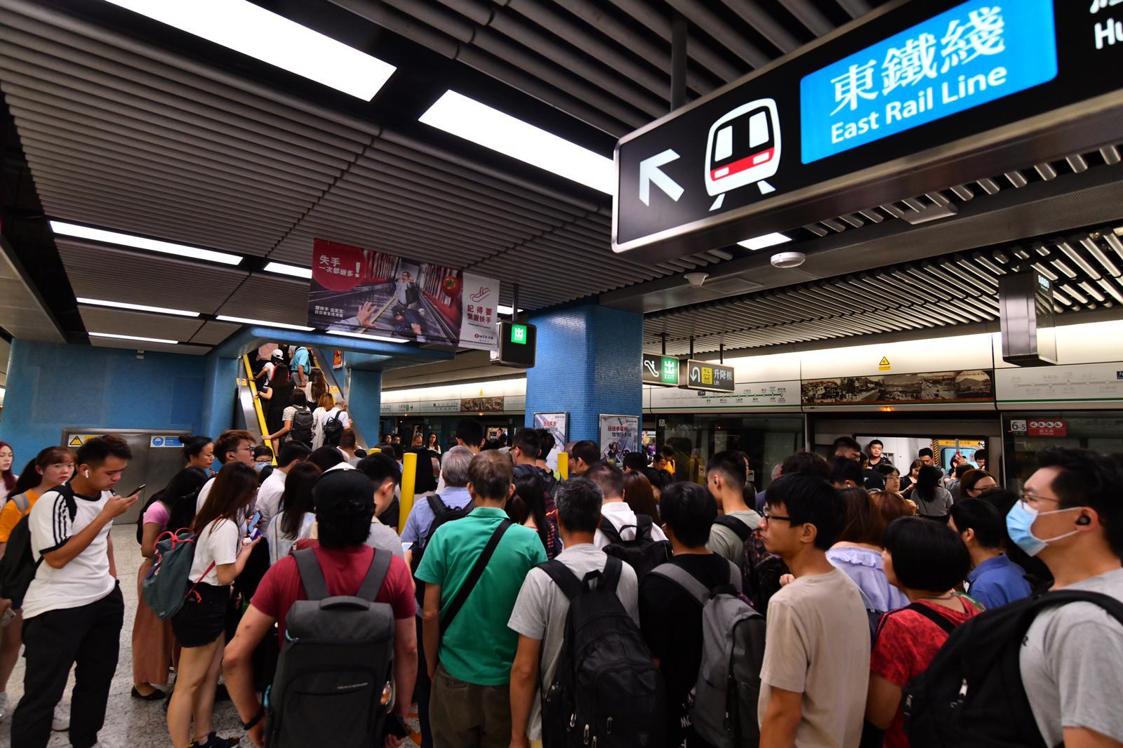 九龍塘站出現大批人潮。