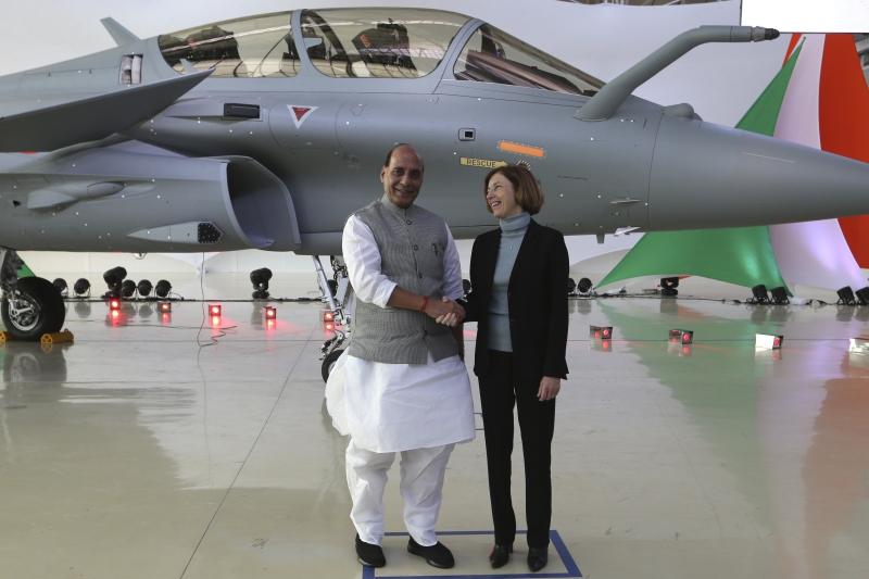 法國向印度交付首架疾風戰機。AP