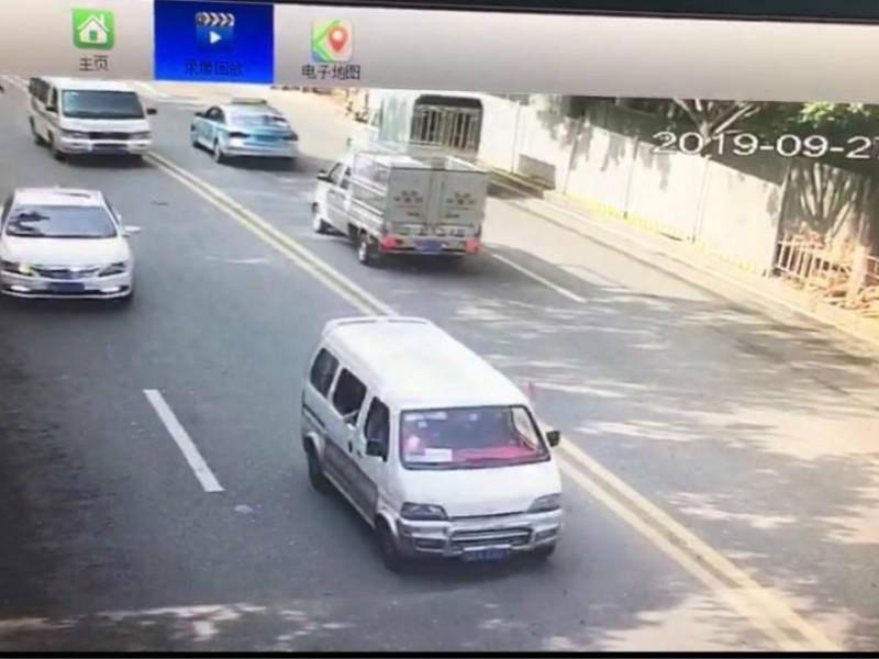 一輛小型貨車長時間佔據快車道不避讓。 網圖