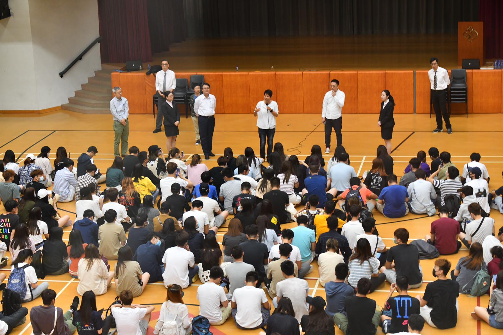 學院安排與學生對話。
