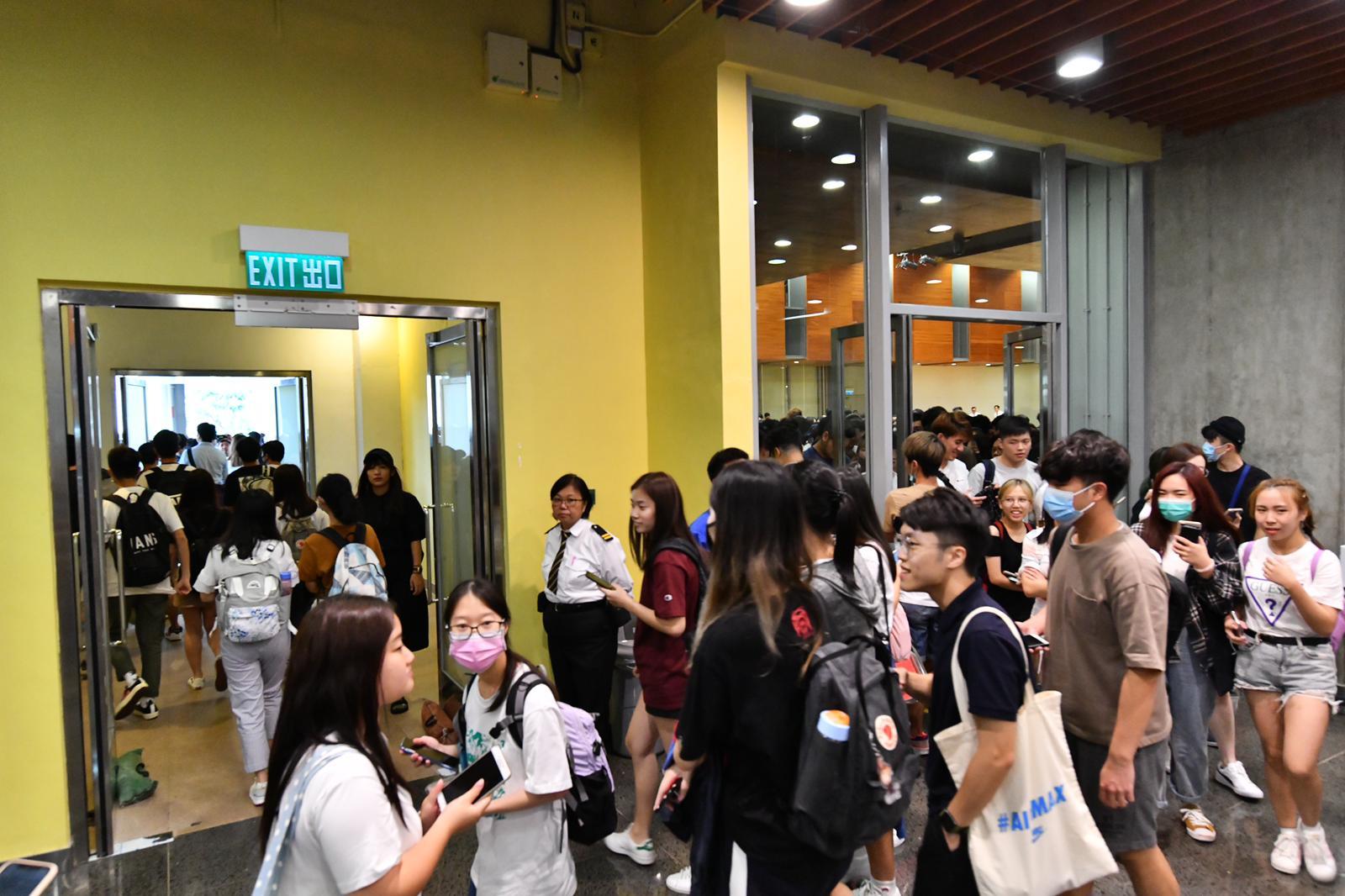 學生離開對話會場。