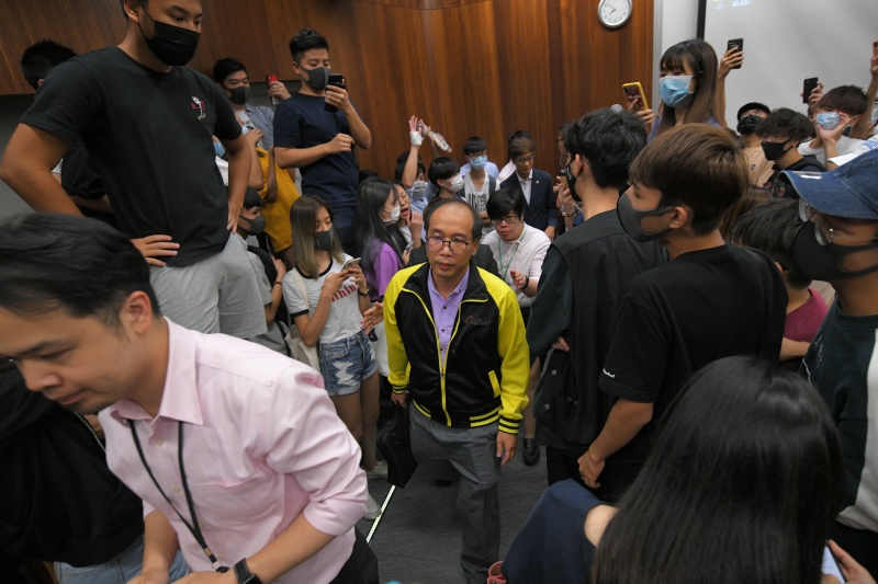 陳偉強被學生包圍。資料圖片