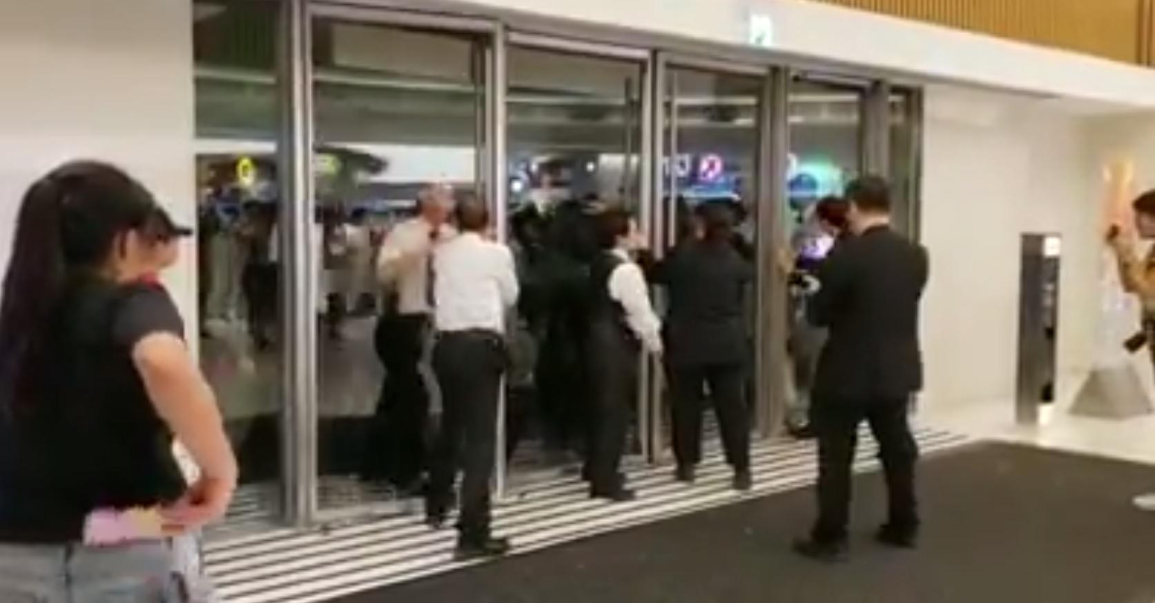 馬鞍山新港城職員攔阻警察進入。網上截圖