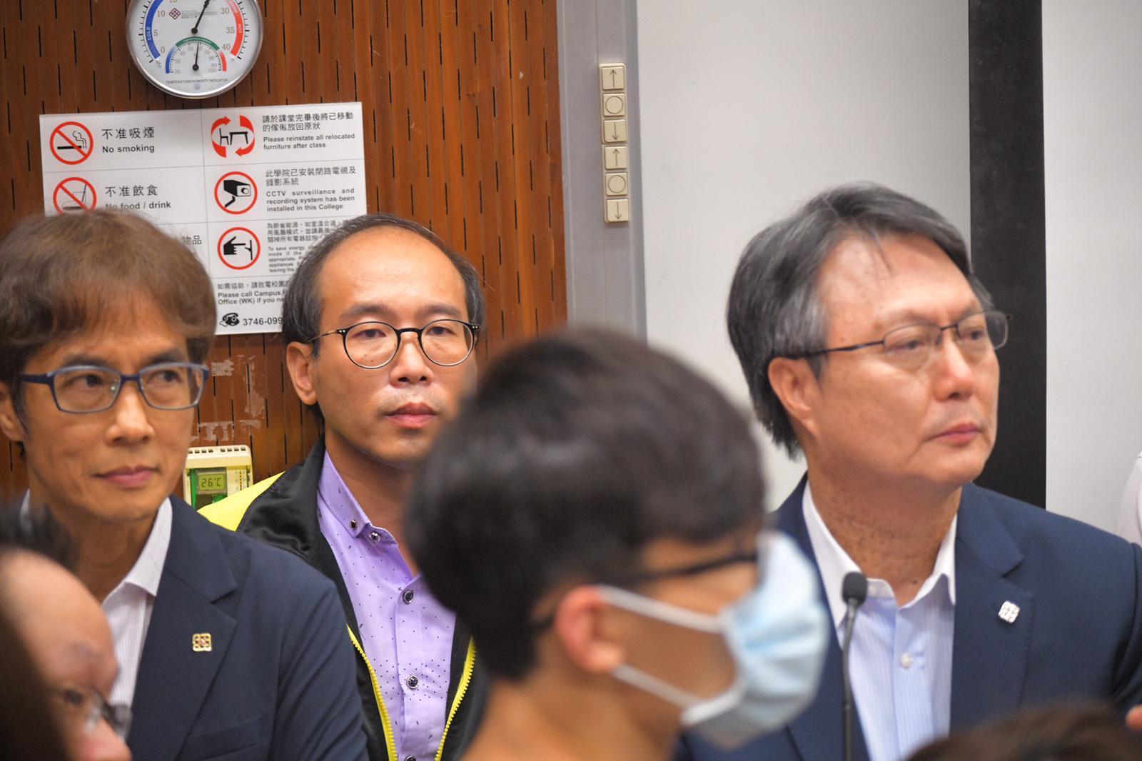 陳偉強(後左二)被學生包圍。