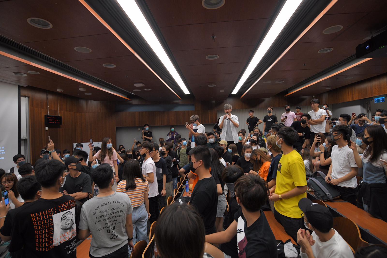 陳偉強昨日被學生包圍。