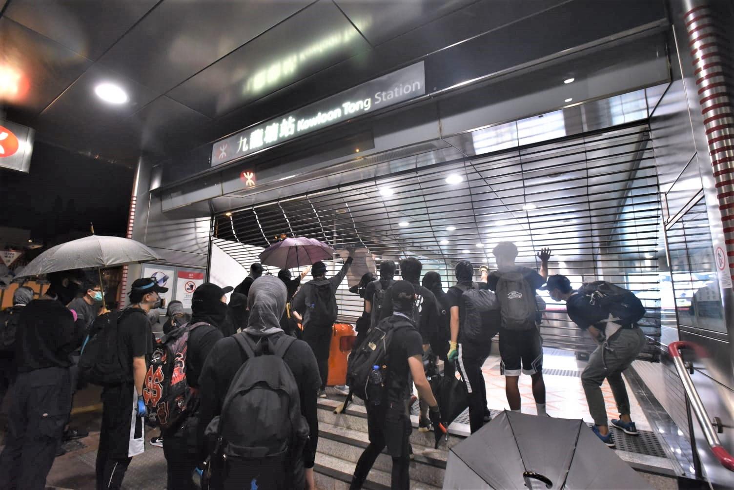 港鐵多個車站遭示威者破壞。資料圖片