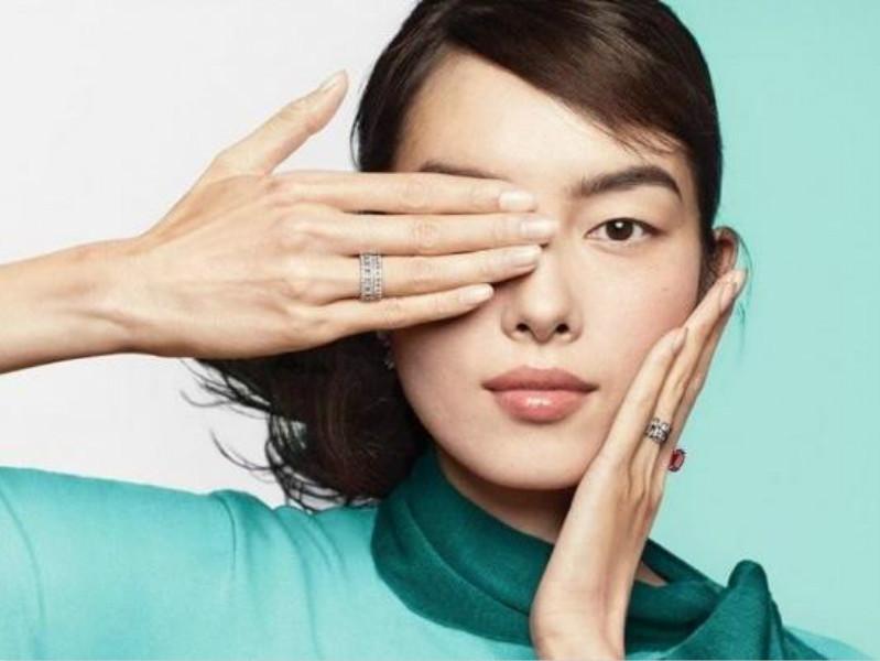 該張廣告照片中,是中國名模孫菲菲用帶著Tiffany戒指的右手遮住右眼。 網圖