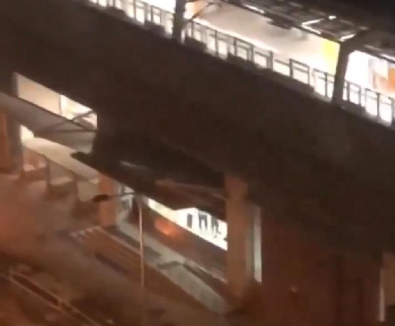 第一城站有人大力搖動鐵閘。網民截圖